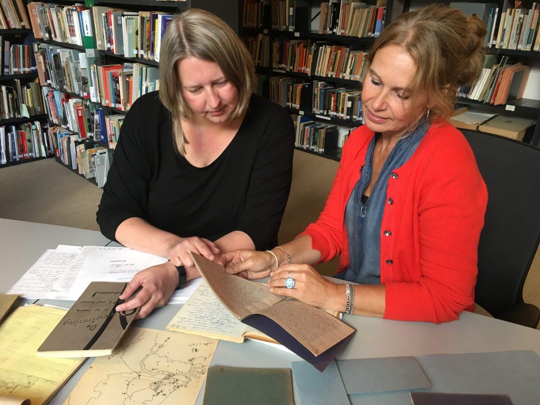 Suzanne Wouda & Annemarie van den Brink bekijken de originele dagboeken in het NIOD