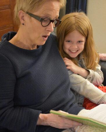 Caja Cazemier leest voor aan haar kleindochter