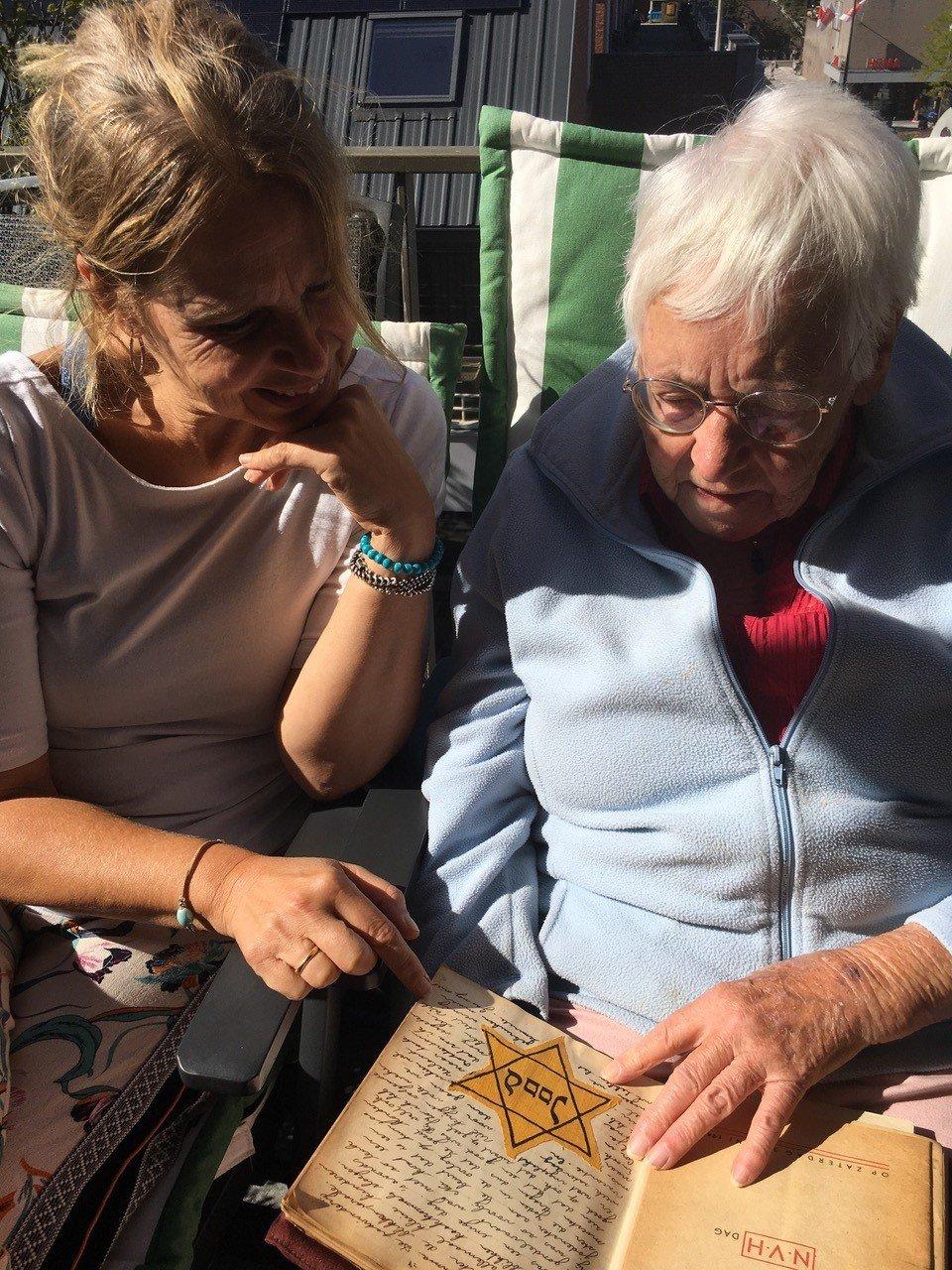 Annemarie en Corri bekijken het originele dagboek - Oorlog in inkt